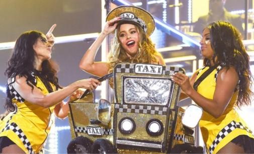 """Sofía Vergara en los Grammy """"El Taxi"""" con  Pitbull"""