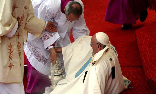 Video: así fue la caída del papa Francisco en una misa en Polonia