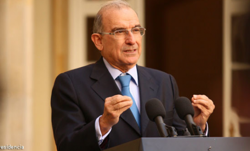 Humberto De la Calle defiende a Uribe tras insultos de las Farc