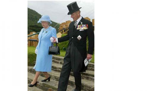 ¿Qué lleva Isabel II en su bolso?