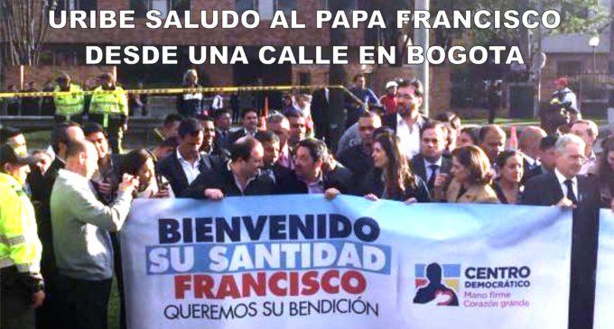 Uribe saludo al Papa Francisco desde una calle en Bogota