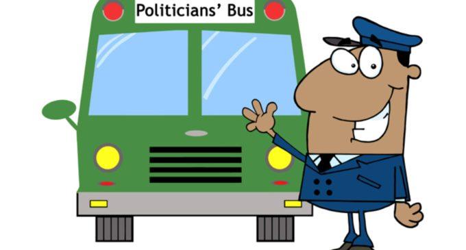 Politicos en un Autobús Se Estrella Contra Un Árbol