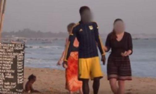 Turismo sexual de abuelitas europeas en Senegal  VIDEO las mujeres logran conseguir jóvenes musculosos