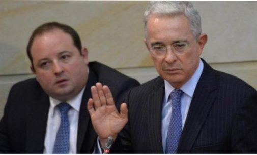 El presidente del Senado recibe la carta de renuncia de Alvaro Uribe