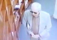 Pescan embajador robando en librería video